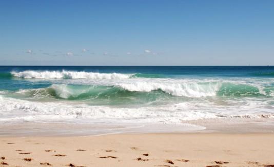 Olas fuertes a la orilla de una playa.