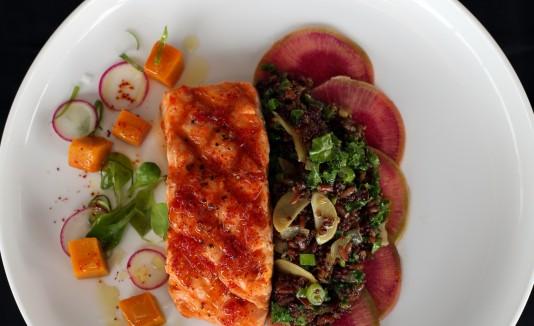El salmón a la plancha es uno de los especiales disponibles.