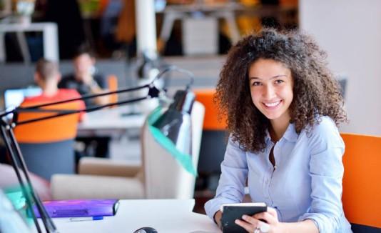 Mujer feliz en una oficina.