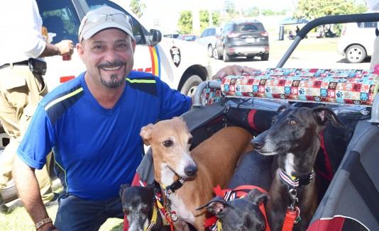 """El alcalde de Hatillo, José """"Chely""""  Rodríguez,  compartió con los dueños y perros que asistieron a la NaviDog en el Coliseo Pancho  Deida."""