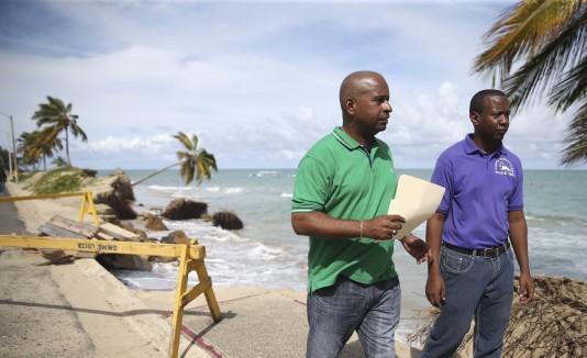 El alcalde de Loíza Eddie Manso, visitó ayer las Parcelas Suárez, área afectada por la erosión de costas.