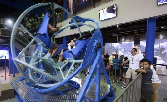 El giroscopio fue una de las nuevas atracciones más solicitadas por los visitantes en la inauguración.