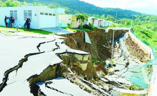 El deslizamiento en Hacienda Las Lomas en Ceiba ocurrió en noviembre pasado. A la derecha, la residente María Arroyo.