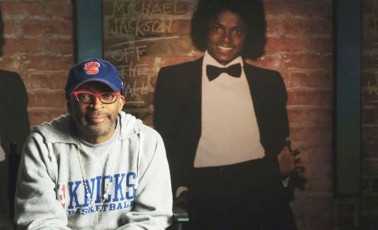 La producción dirigida por Spike Lee, capta la evolución de Jackson de un niño estrella triunfal a un astro adulto polifacético del entretenimiento que trasciende las barreras raciales.