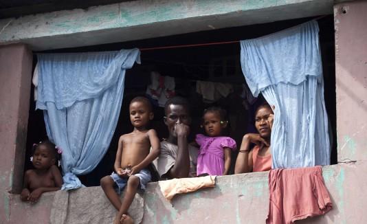 Residentes observan desde su ventana las manifestaciones políticas de los recientes días.