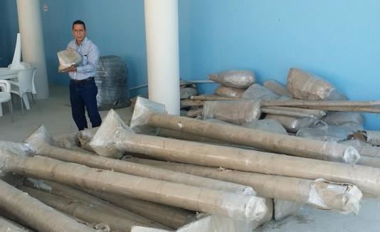 El alcalde Isidro Negrón inspecciona las carpas y accesorios recibidos de Colombia.