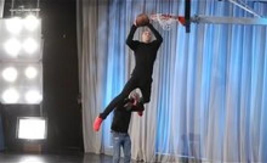 Ellen DeGeneres recibe clases de donqueo con Aaron Gordon