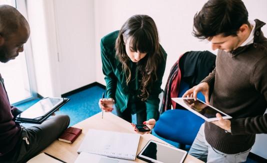 Millennials en una oficina.