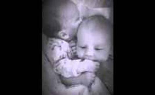 Tierno momento entre gemelos