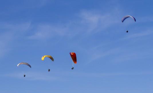 Cielo despejado con paracaidas