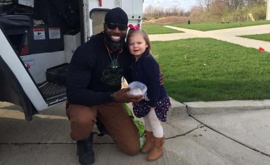 El héroe de esta niña de 3 años conduce un camión de basura