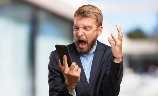 Hombre con celular gritando
