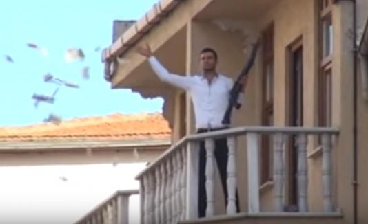 Roba banco y los regala por el balcón