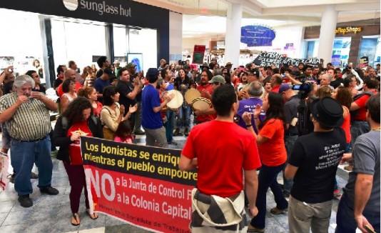 Se manifiestan en contra de la Junta de Control Fiscal en Plaza Las Américas