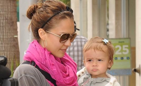 La actiz Jessica Alba junto a su hija Marie.