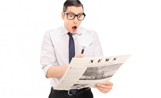 Hombre sorprendido leyendo