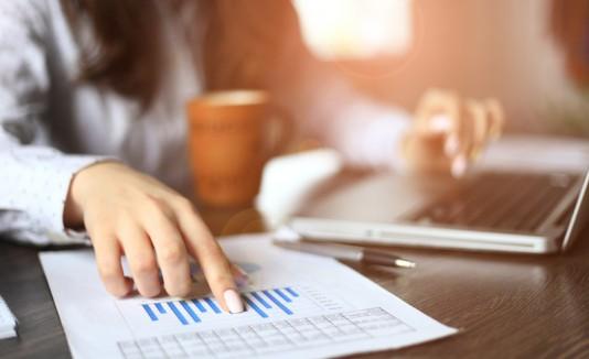 Mujer mirano el presupuesto