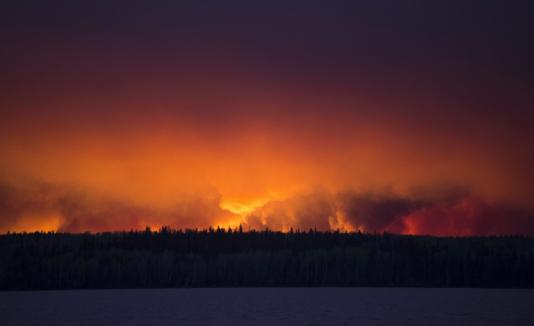 Incendio cerca de Anzac, en alrededores de Fort McMurray en Alberta, Canadá.
