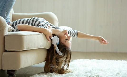 Mujer escucha música relax