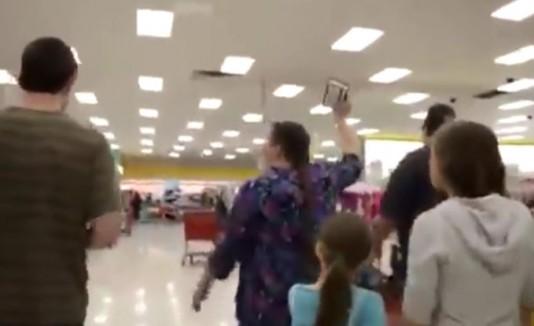 Mujer protesta en target
