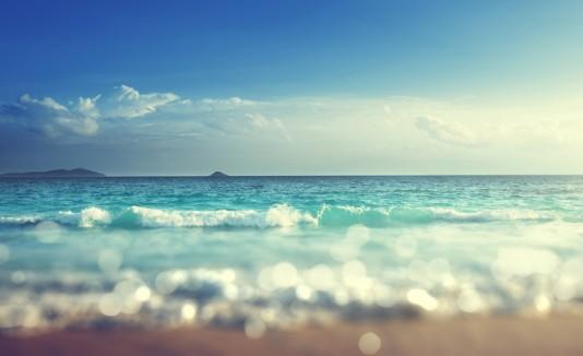 Playa con clima soleado