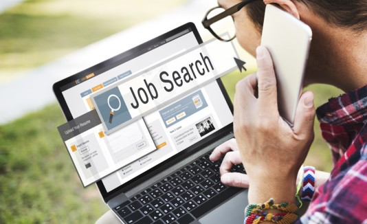 Buscando empleo en una computadora