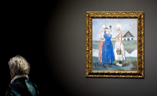 Una visitante observa una obra realizada por el pintor español Pablo Picasso durante su estancia en Holanda