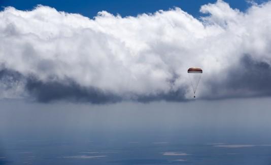 La cápsula Soyuz TMA-19M descendiendo a tierra.