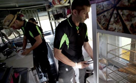 """Carlos Marina Vega (al fondo), de """"Sabor A Tango"""" en Arecibo, repudió la entrada de Denny's al mercado de los Food Trucks."""