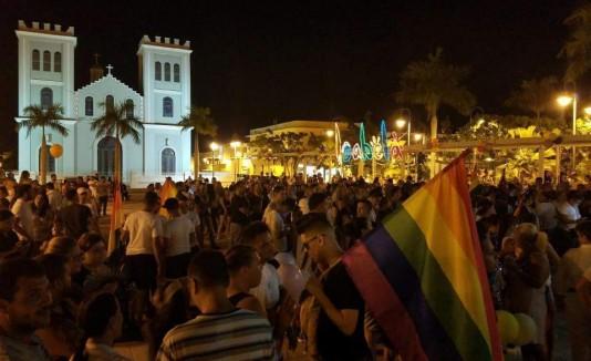 La vigilia en memoria de las víctimas del ataque a la discoteca Pulse, en Orlando, se llevó a cabo en la Plaza Pública de Isabela.