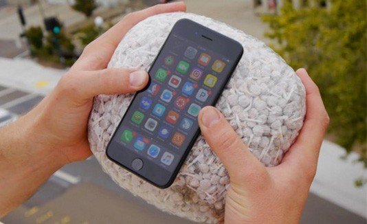 iPhone en una bolsa de garbanzos