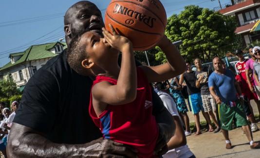 Shaquille O'Neil ofreció clínicas de baloncesto en Cuba.