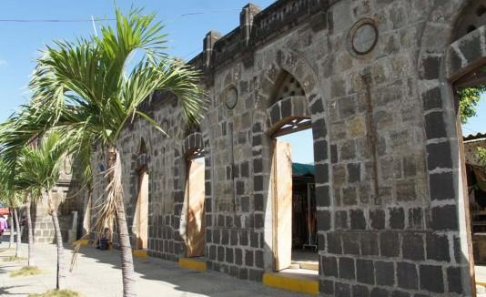 Masaya, Nicaragua.El Malecón, el templo de San Jerónimo, la Fortaleza de El Coyotepe, la Laguna de Masaya y el Parque Nacional Volcán Masaya son algunos de los grandes atractivos turísticos de Masaya. Este lugar sobresale por su espectacular arquitectura