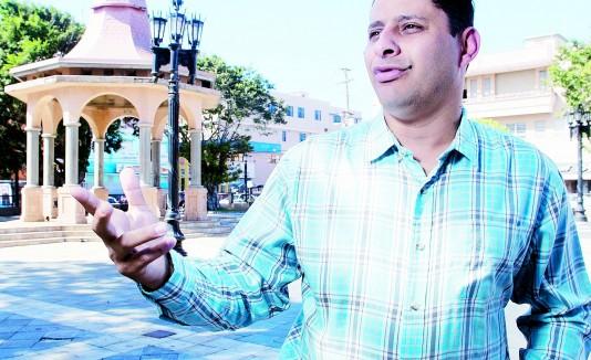 Alcalde de Arecibo, Carlos Molina, espera por la respuesta del secretario de Educación, Rafael Román.