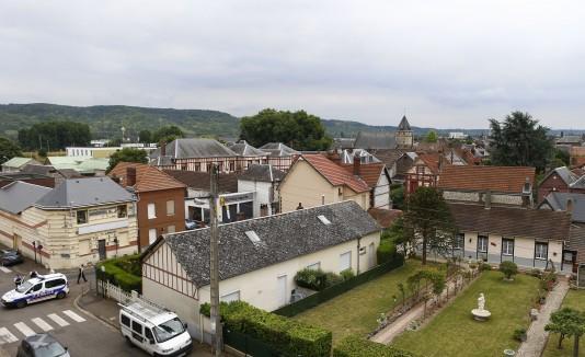 Vista general del pueblo de Saint-Etienne-du-Rouvray, Normandy, Francia.