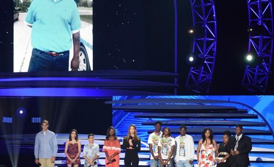 Jessica Alba junto a familiares de las víctimas de las balaceras en California y Orlando.