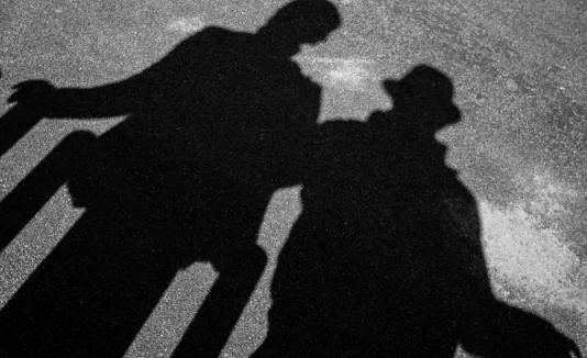 Sombras de dos hombres
