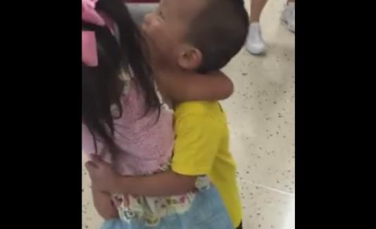 Niños comparten emotiva reunión