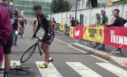 Ciclista rompe bicicleta