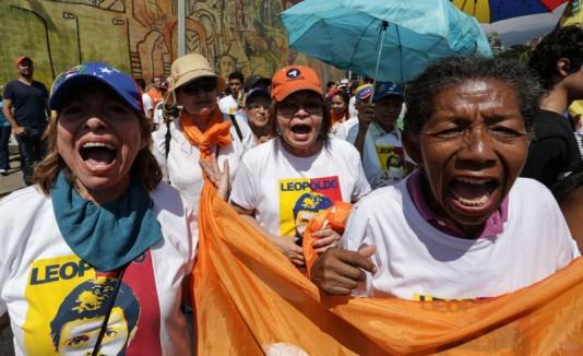 Mujeres marchan para exigir revocatorio contra Maduro