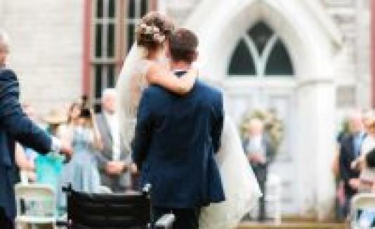 Novio carga a su futura esposa