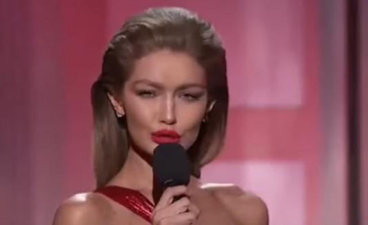 Gigi Hadid imita a Melania Trump