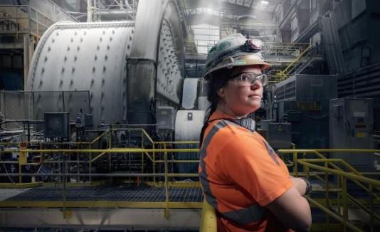 Mujer operando maquinas