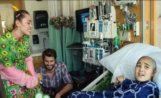 Miley Cyrus y Liam Hemsworth visitan hospital de niños