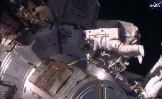 Astronautas fuera de la estación