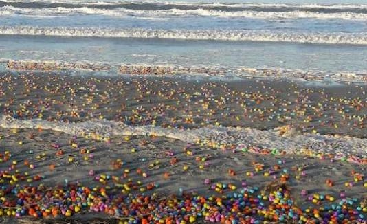 Playa amanece repleta de huevos sorpresa en Alemania