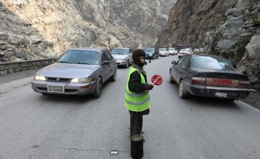 Sedaqat, niño que dirige el tráfico en Afganistán