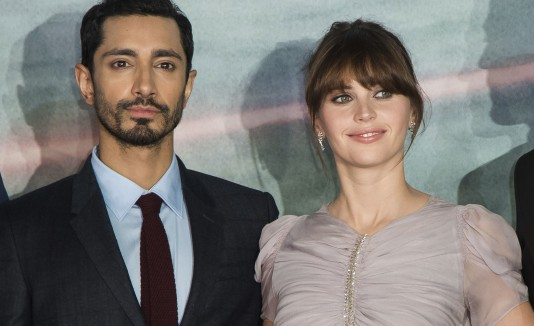 Riz Ahmed y Felicity Jones