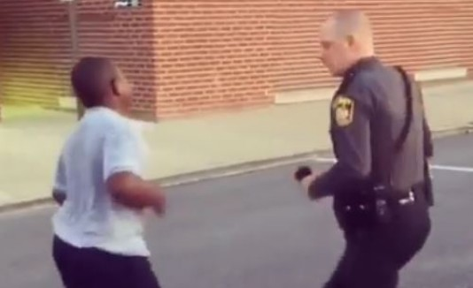 Duelo entre un joven y un policía
