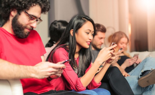 Amigos, personas usando celulares, redes sociales